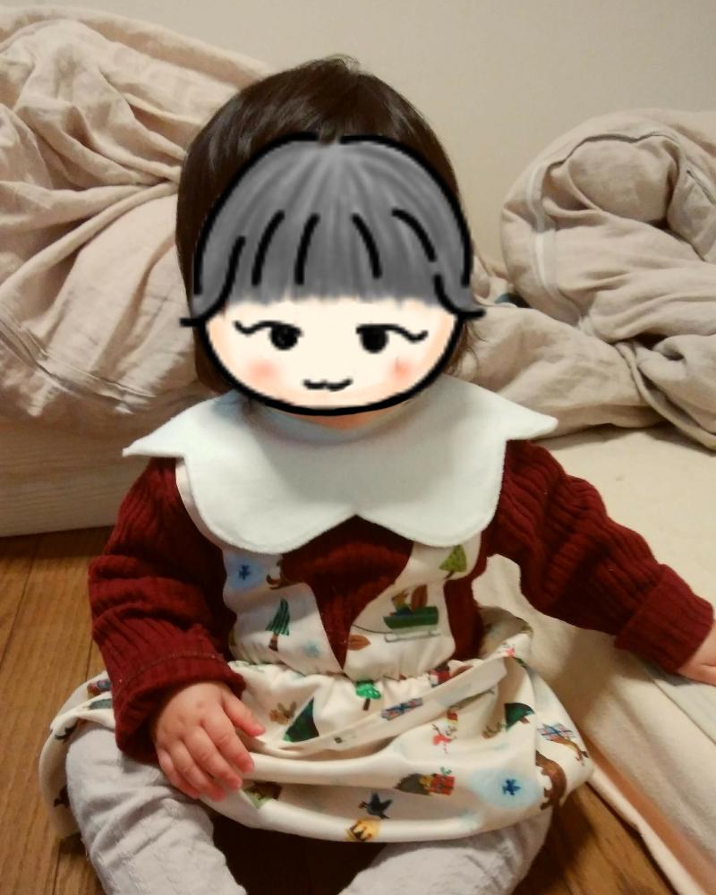 ニットワンピースを着る女の赤ちゃん