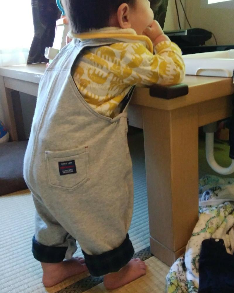 ミキハウスのオーバーオールの裾を折って着ている男の赤ちゃん