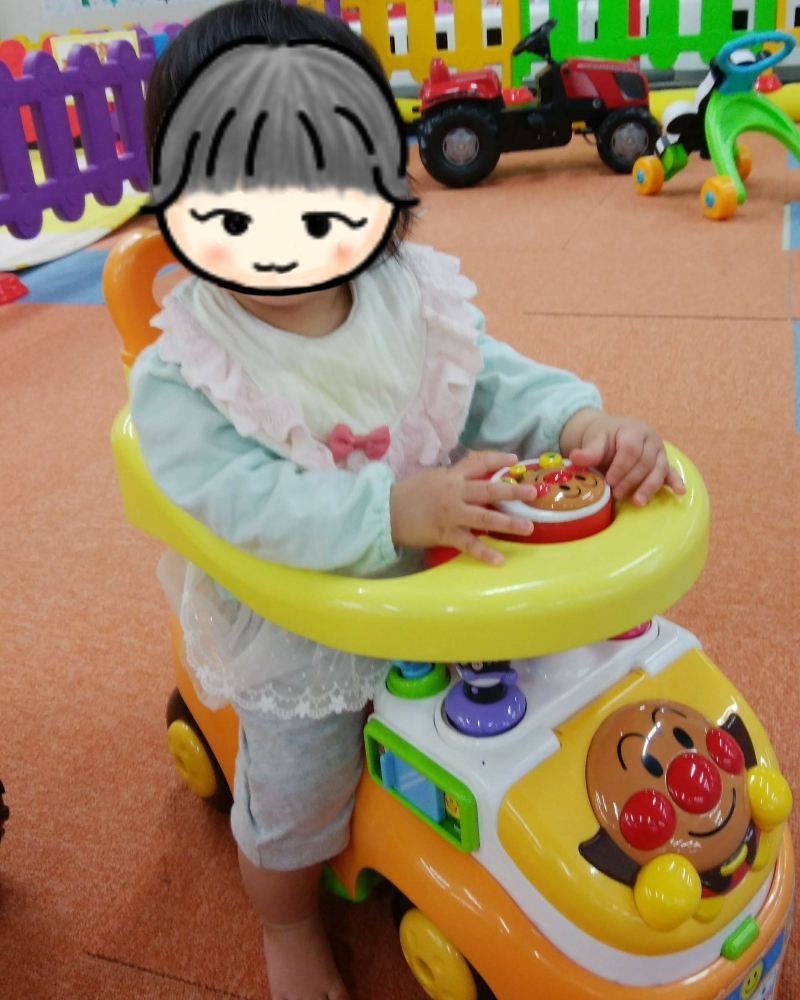ミキハウスの7分丈カバーオールを着る女の赤ちゃん