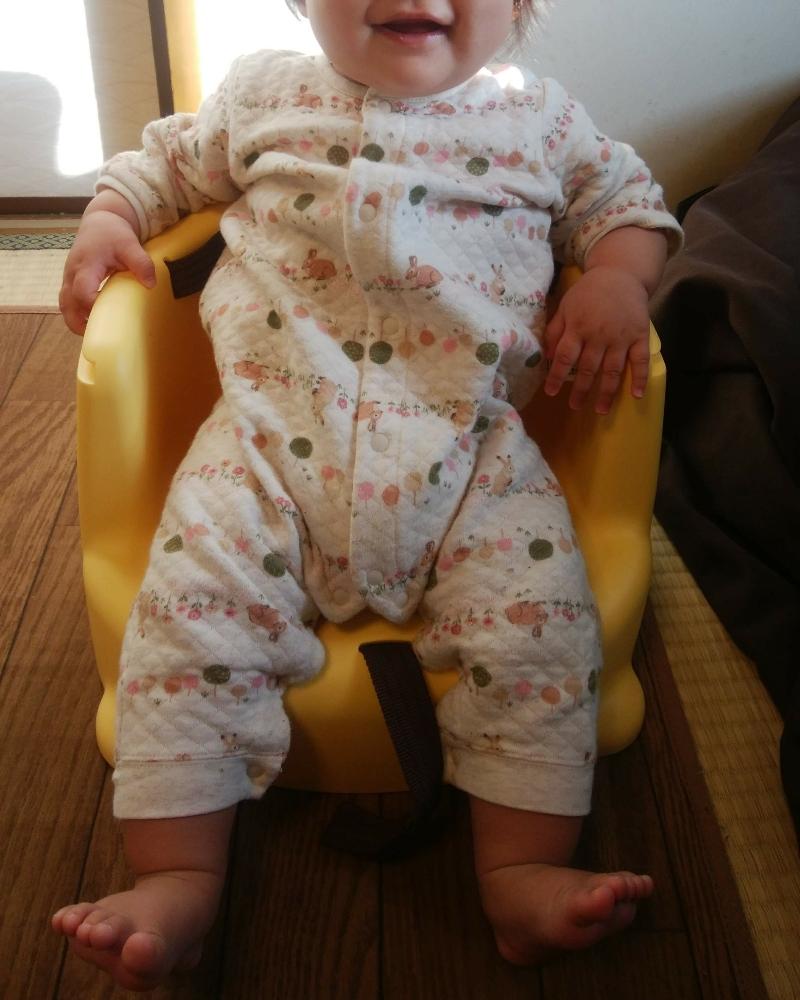 ユニクロのカバーオールを着る女の赤ちゃん