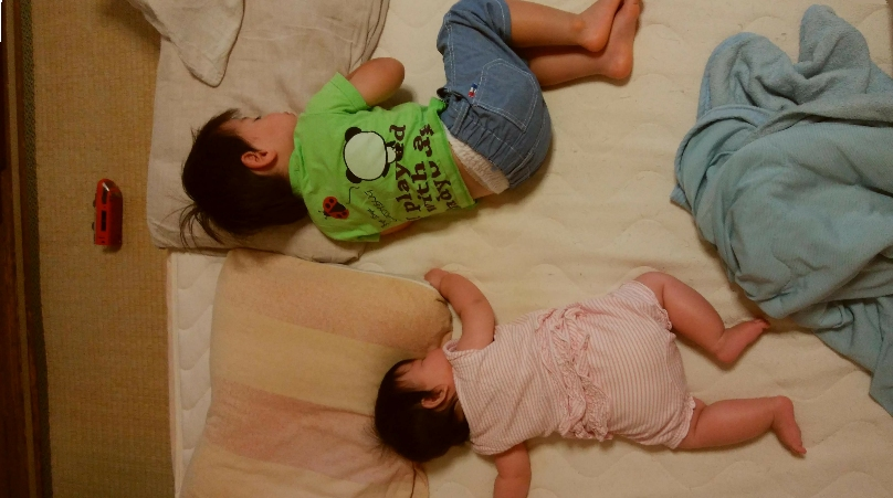 一緒に眠る2歳の男の子と、6ヶ月の赤ちゃんの女の子