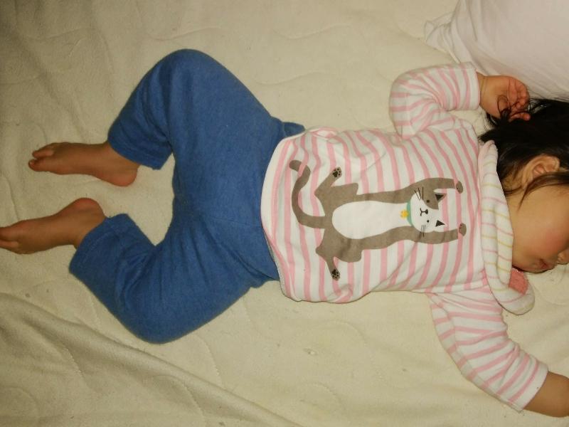 赤ちゃん本舗のcocupaのパジャマを着て眠る女の子の赤ちゃん