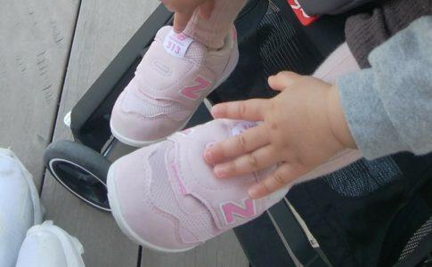 ニューバランスIT 313Fファーストシューズを履く女の赤ちゃん