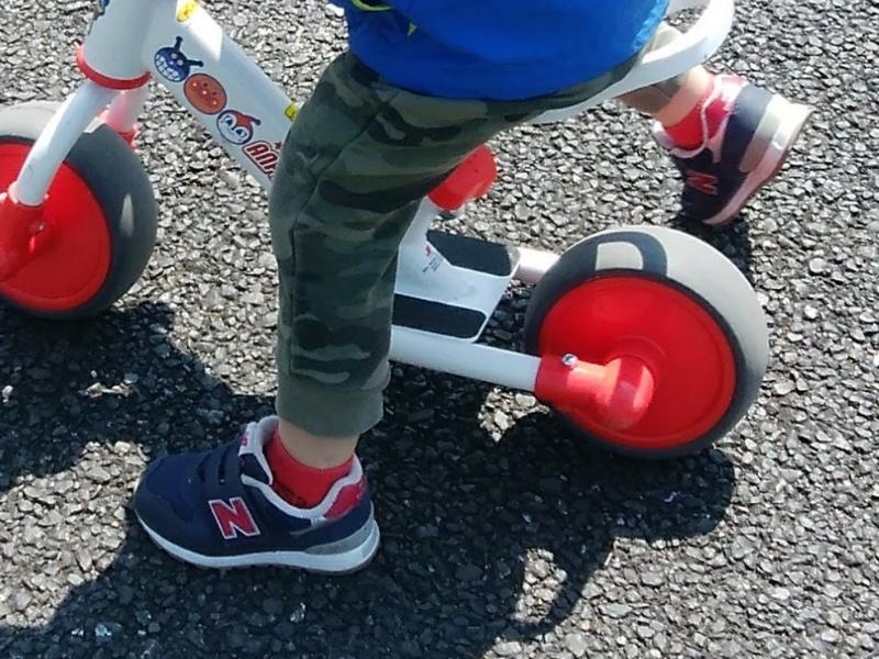 ニューバランス313シリーズを履いて、2輪に乗る男の子