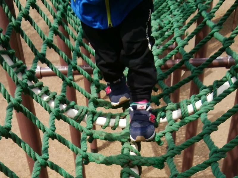 ニューバランス313シリーズを履いてアスレチックトンネルで遊ぶ男の子
