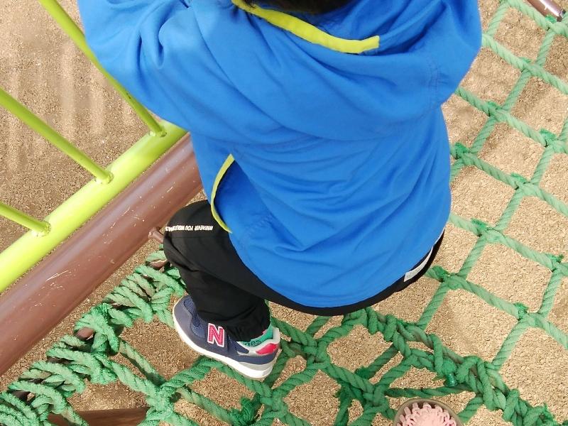 ニューバランス313シリーズを履いてアスレチックで遊ぶ男の子