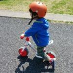 初めてのアンパンマンバイクに乗る3歳の男の子