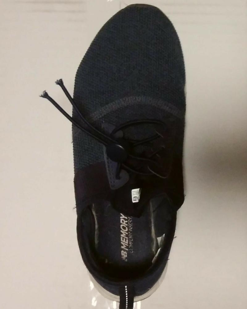ロックパーツ取り付けの結ばない靴紐の取り付け③靴紐の先端をパーツで留めます。